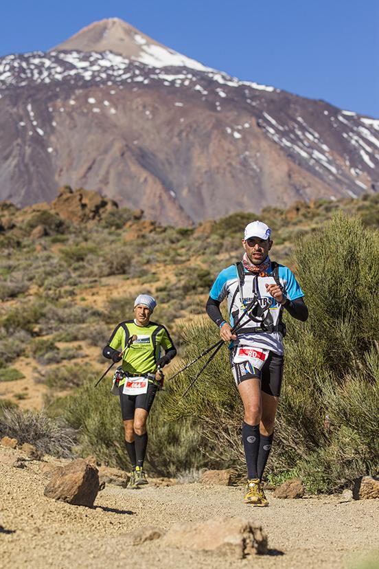 Corredores cruzando Las Cañadas con el majestuoso Teide al fondo - Imagen oficial de la edición 2012 de la Tenerife Bluetrail.