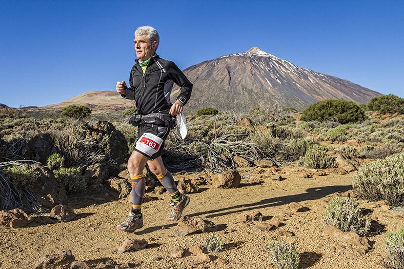 El corredor Angel Yuste en los sorprendentes parajes del Parque Nacional del Teide.